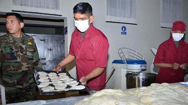 El Ejército boliviano, con las manos en la masa para paliar la huelga de panaderos